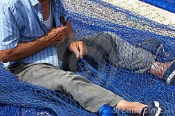 old-fisherman-mending-nets-1785759